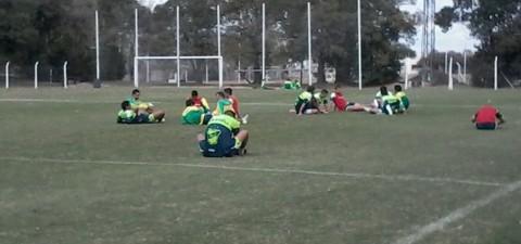"""El """"Turu"""" Flores sigue buscando el once y probó con dos equipos de ¡13 jugadores! Subieron al juvenil Sosa a la primera"""